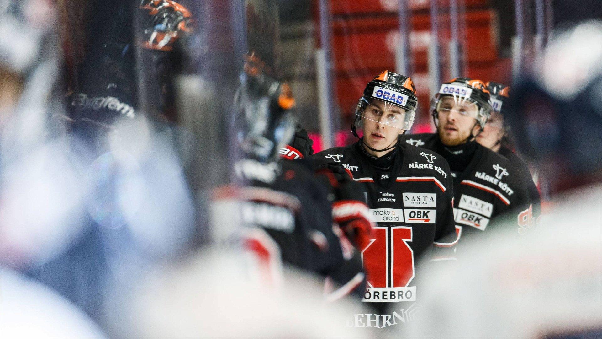Örebrospelare i svart tröja åker mot båset för att klappas om av lagkamrater