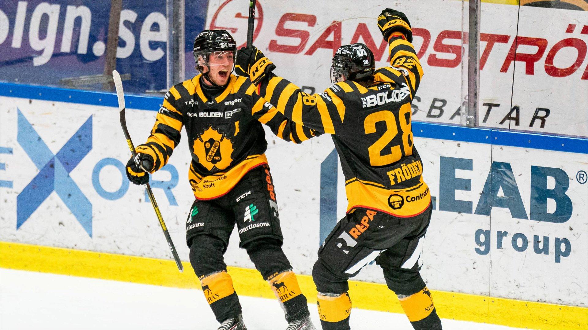 Skellefteåspelare firar ett av lagets mål i mötet mot HV71.
