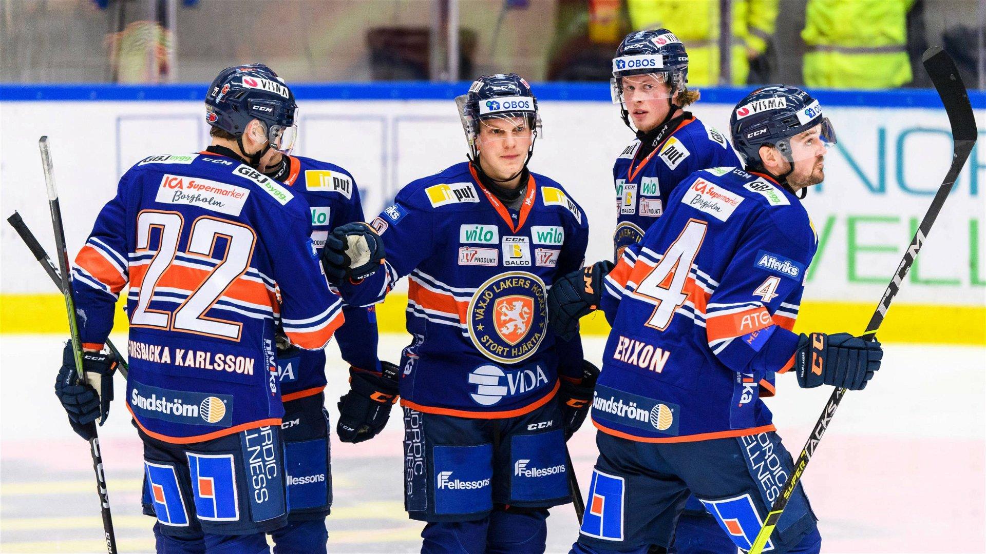 Växjöspelare firar ett mål i segermatchen mot Brynäs.