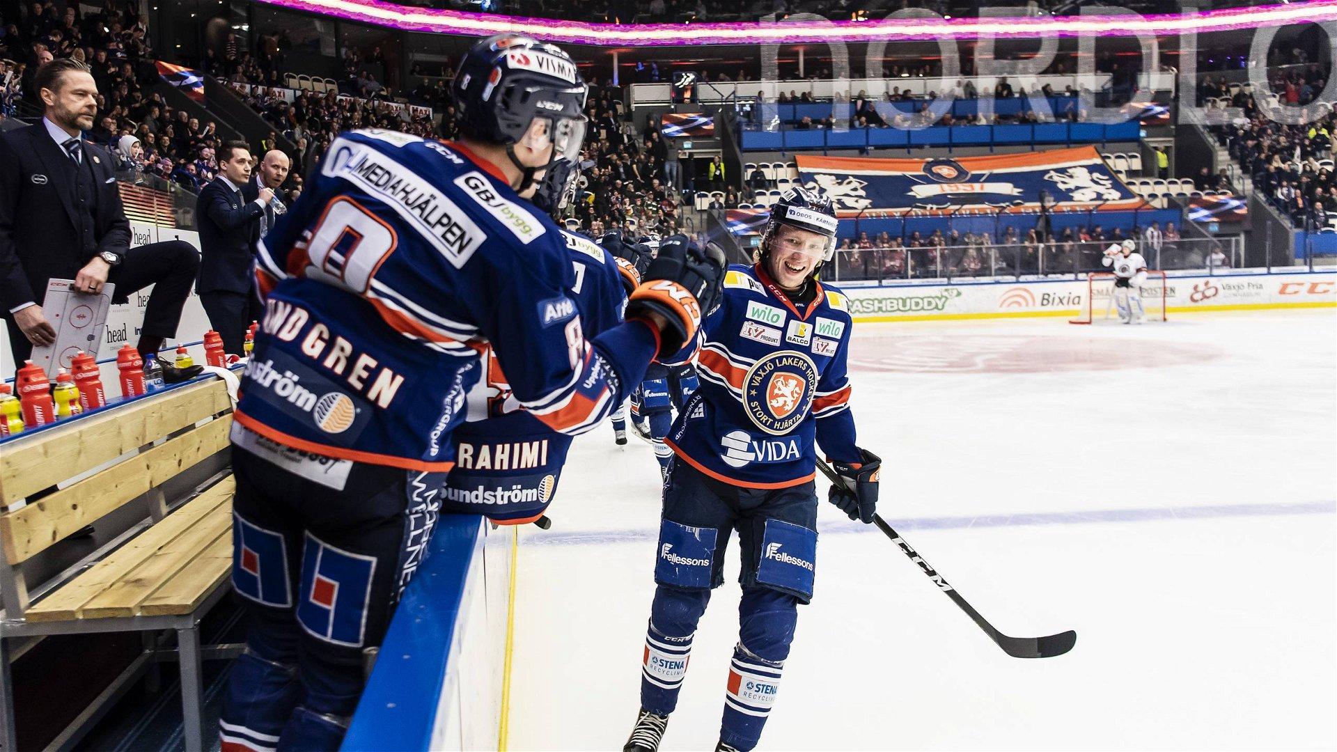 Växjöspelare firar ett av lagets mål i segermatchen mot Frölunda.