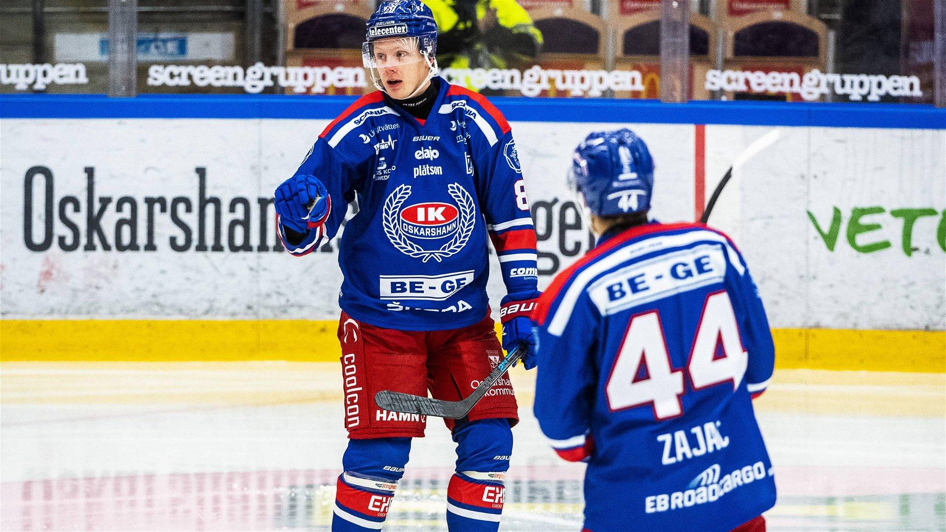 Två blåklädda Oskarshamnsspelare firar ett mål, Zajac med ryggen mot kameran och Olofsson med ansiktet mot kameran