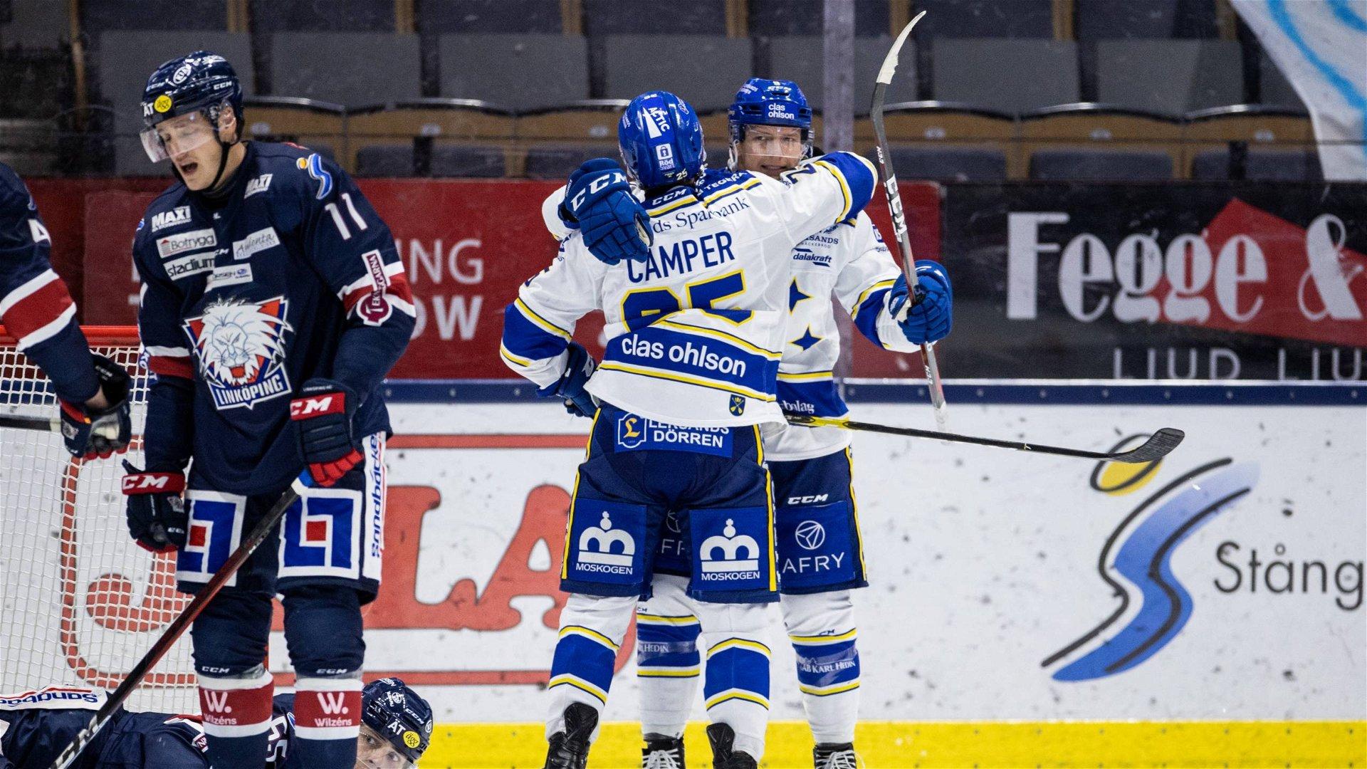 Leksandsspelare i vita tröjor jublar framför deppande Linköpingsspelare i blå tröja