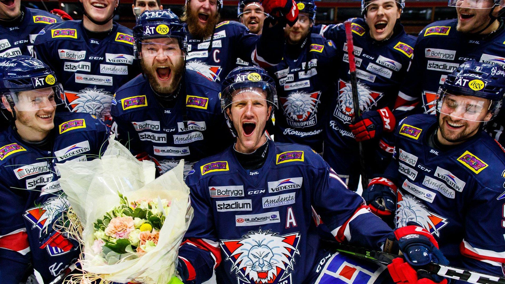 Sebastian Karlsson firar med lagkamraterna efter sin sista match i LHC-tröjan