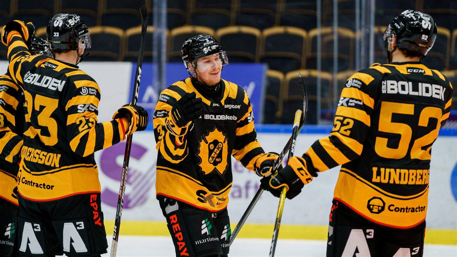 Niclas Burström firar det avgörande målet med sina lagkamrater när Skellefteå besegrade Färjestad.