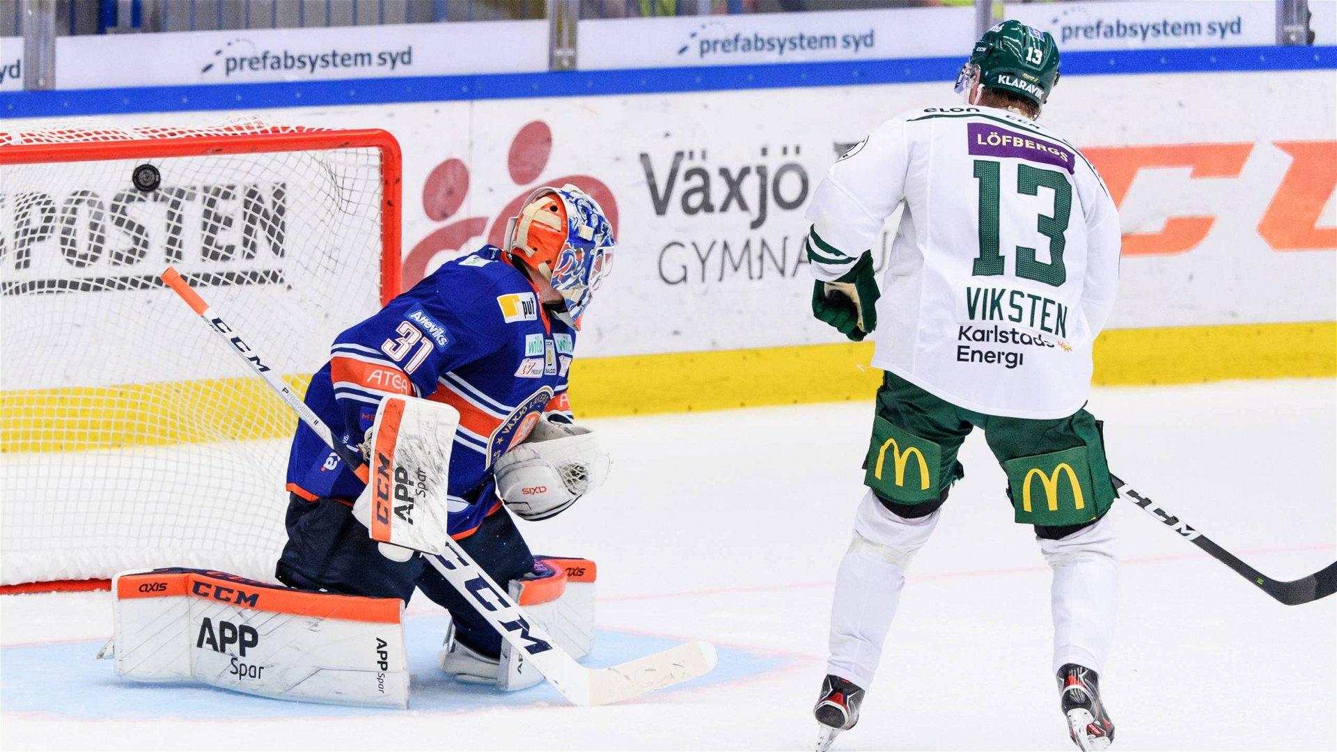 Färjestads Daniel Viksten gör mål på den avgörande straffen mot Växjö.