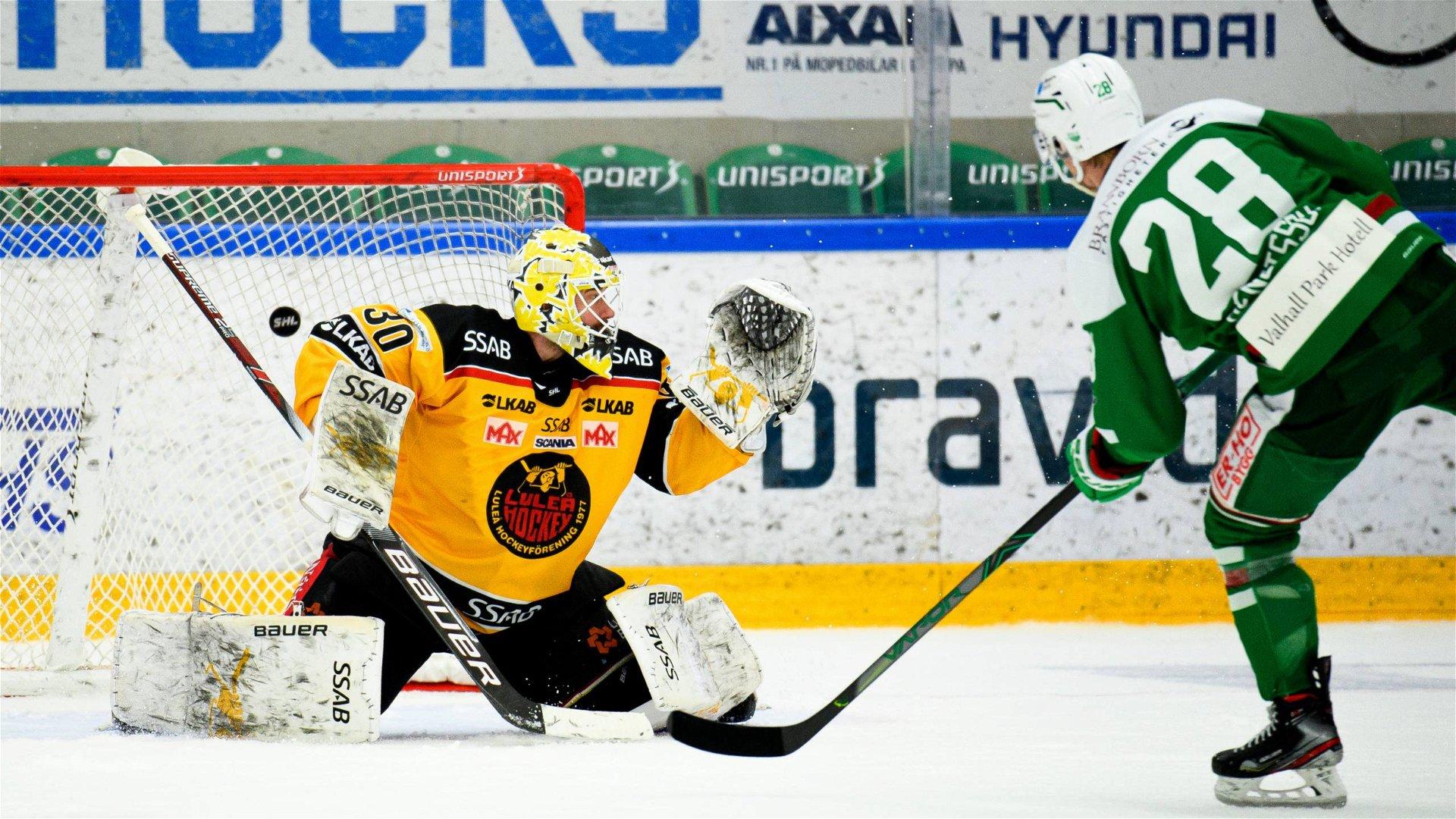 Rögles Anton Bengtsson sätter den avgörande straffen bakom Luleås David Rautio.