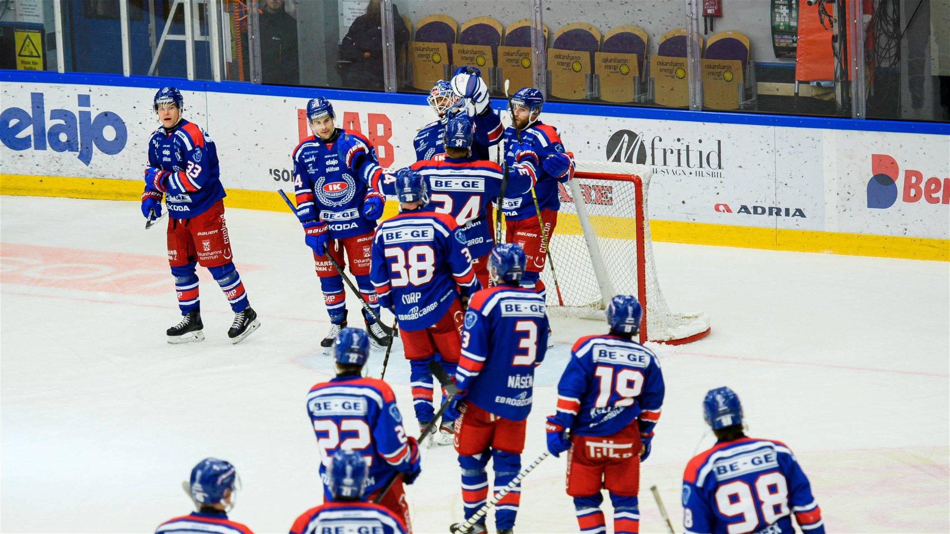 Oskarshamnspelarna firar efter matchen mot Brynäs.