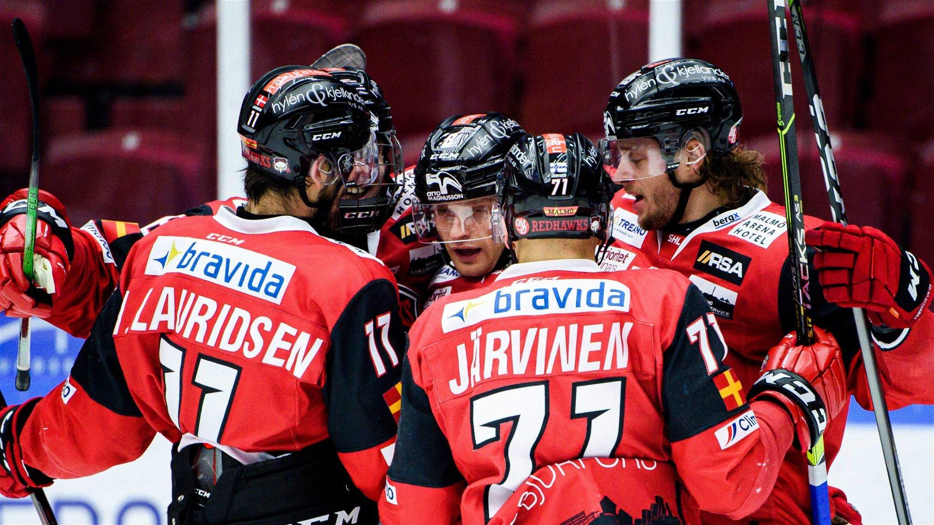 Malmös Johan Olofsson klappas av om av lagkamrater efter att ha gjort det avgörande målet mot HV71.
