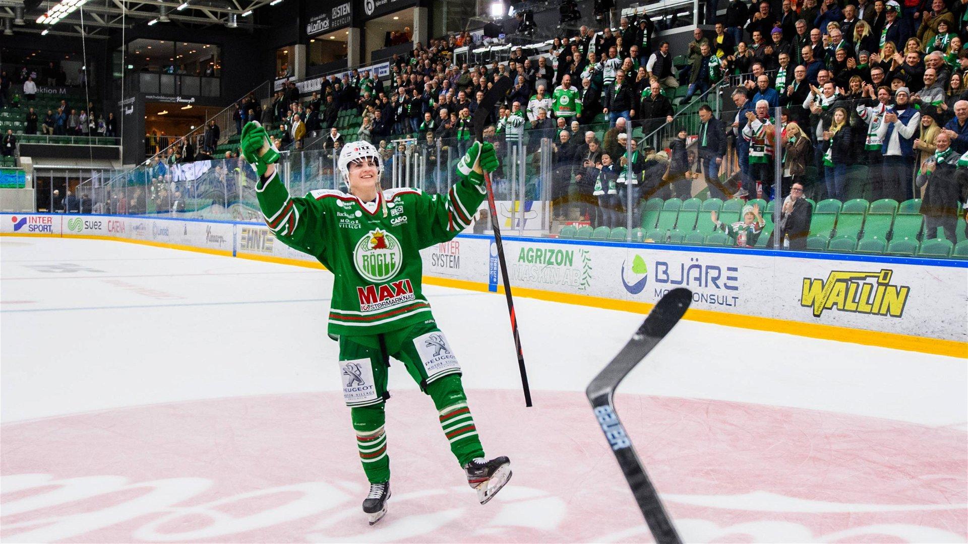 Melker Eriksson firar efter sitt första SHL-mål inför hemmafansen