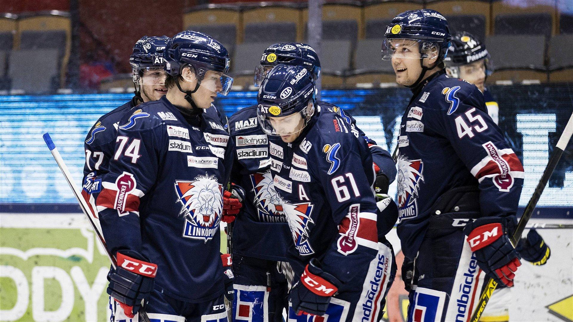 Markus Ljung blir omklappad av lagkamrater efter sitt mål när Linköping vann mot HV71.