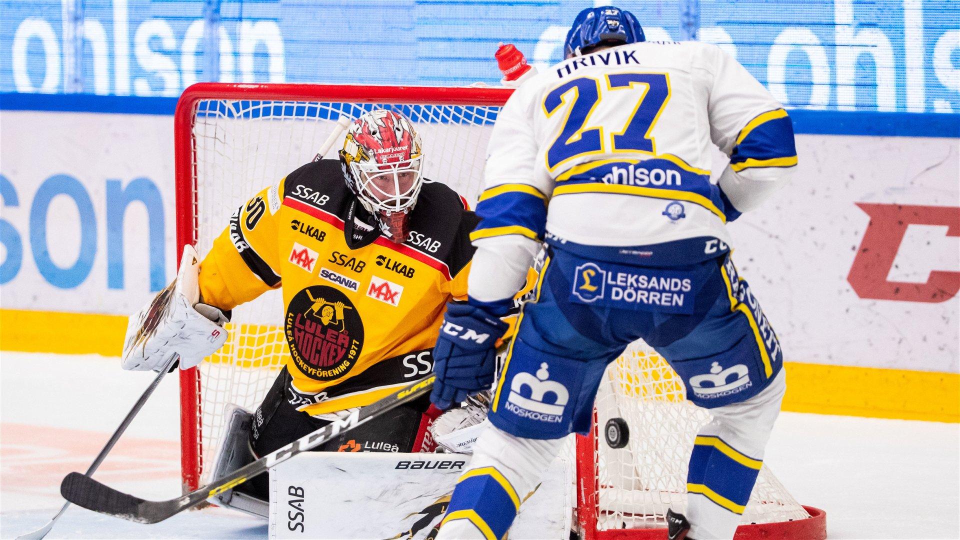 David Rautio räddar ett av flera skott under matchen mot Leksand.