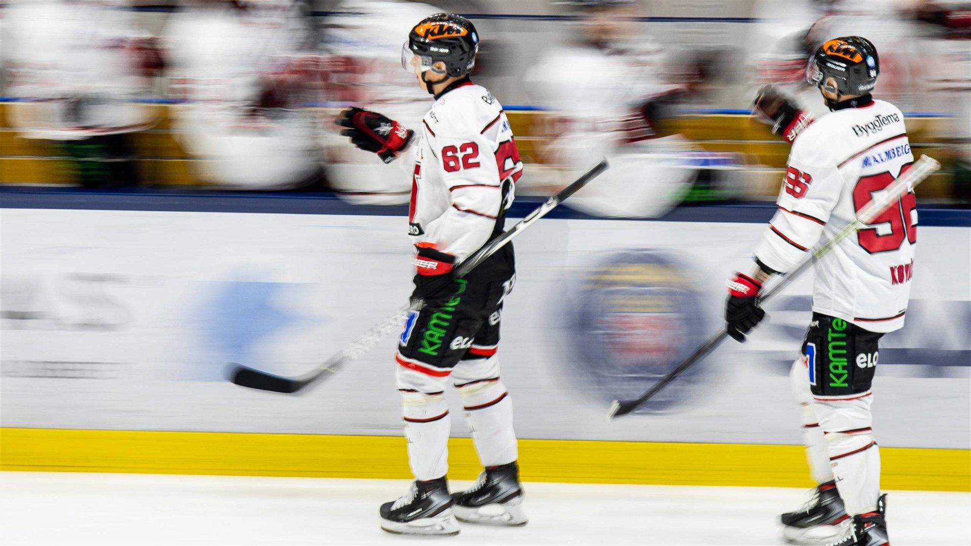 Två Örebrospelare åker och gör high five med lagkamrater på bänken