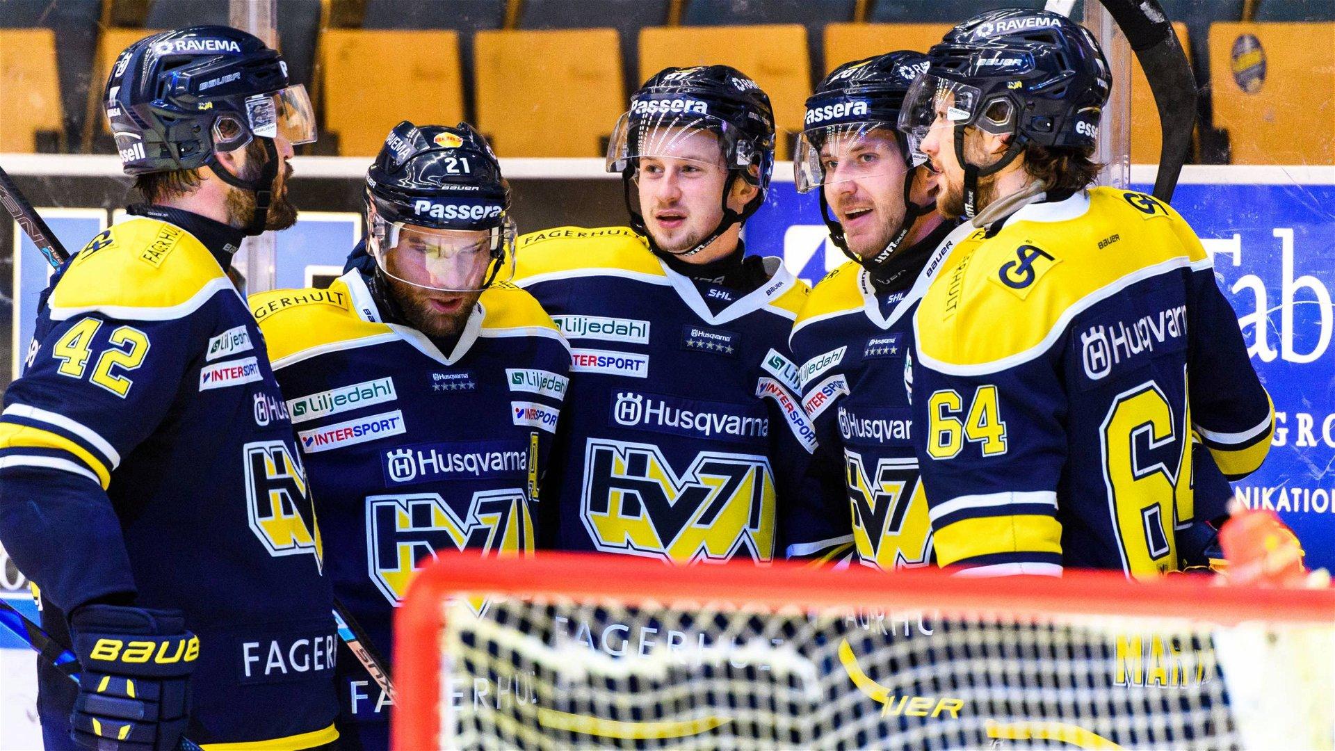 Blåklädda HV71-spelare firar tillsammans